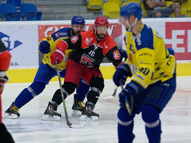 Hokejisté Přerova (ve žlutém) v přípravném utkání s Mountfield HK