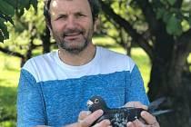 František Hradil z Pavlovic u Přerova se už léta věnuje poštovnímu holubářství.