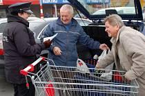 Preventivní akci s názvem Auto není výloha uspořádali v pátek u supermarketu Kaufland v Přerově policisté. Radili lidem, jak se vyvarovat krádežím
