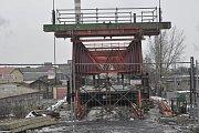 Menší zDluhonských mostů byl vneděli nad ránem odstraněn. Zrezivělou a šířkově nevyhovující konstrukci, která trpěla korozí, deformací výztuh a zatékáním, nahradí do léta nová mostní konstrukce