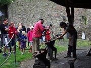 Na Helfštýně začalo v sobotu odpoledne Kovářské fórum. Po celý týden bude vznikat pod rukama ukrajinského uměleckého kováře Ilji Popiuka a jeho pomocníků artefakt, který se stane součástí hradní expozice. Autor získal za své exponáty, vystavené během mezi