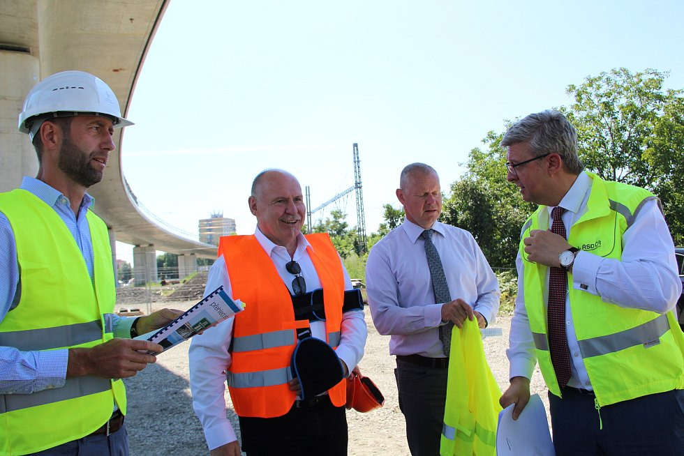 Po nové estakádě nad železniční tratí v Předmostí se prošel ve čtvrtek ministr dopravy Karel Havlíček, který si přijel prohlédnout, jak postupují klíčové dopravní stavby v Přerově.