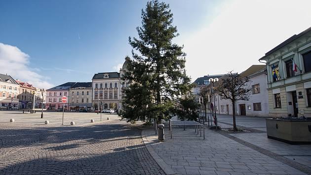 Na náměstí T. G. Masaryka v sobotu přivezli vánoční strom.