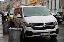 Exploze v pondělí večer poničila auto zaparkované v Sušilově ulici v Přerově. Podle policie umístil neznámý pachatel na auto nástražný výbušný systém - předmět, který z něj odletěl, zasáhl i květináč na okně protější budovy Dětského domova.