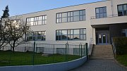 Budova Gymnázia Jana Blahoslava v Přerově má nový kabát - fasáda se vrátila do své někdejší funkcionalistické podoby.