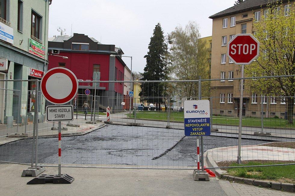 Stavba průpichu v Přerově 29. dubna 2021. Část Tovární ulice se od 1. května uzavře a nebude možné obousměrně odbočit z Tovární do Denisovy, Nádražní, ale ani Kramářovy ulice.