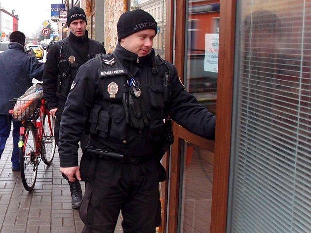 Všechno v pořádku? S touto větou vstupují nyní do obchodů v Přerově městští strážníci.