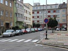 Zákaz stání upozorňuje už měsíc řidiče v ulici Boženy Němcové v Přerově.