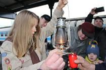 Betlémské světlo dorazilo na přerovské nádraží