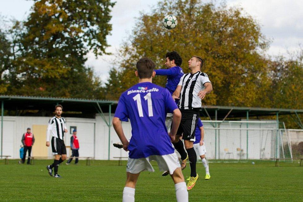 Fotbalisté Želatovic (v pruhovaném) proti Velkým Losinám