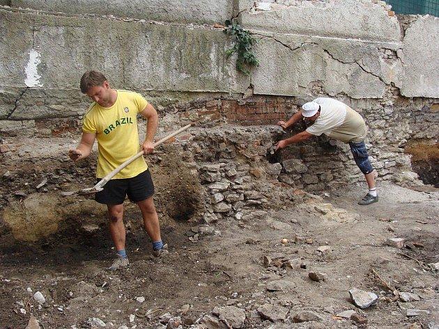 Přerovští archeologové provádějí v těchto dnech průzkum v proluce na Horním náměstí v Přerově, kde má vyrůst nový depozitář Muzea Komenského