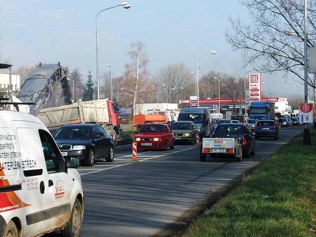 Kolony v Předmostí kvůli opravě části silnice ve směru od Lýsek k Přerovu