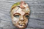 Unikátní antropomorfní aplikace na keramickém poháru vpodobě hlavy šaška, kterou našli archeologové na Helfštýně
