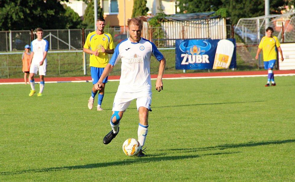 Úvodní kolo divize E nabídlo derby v Přerově mezi domácí Viktorkou (v bílém) a Kozlovicemi. Vít Koplík