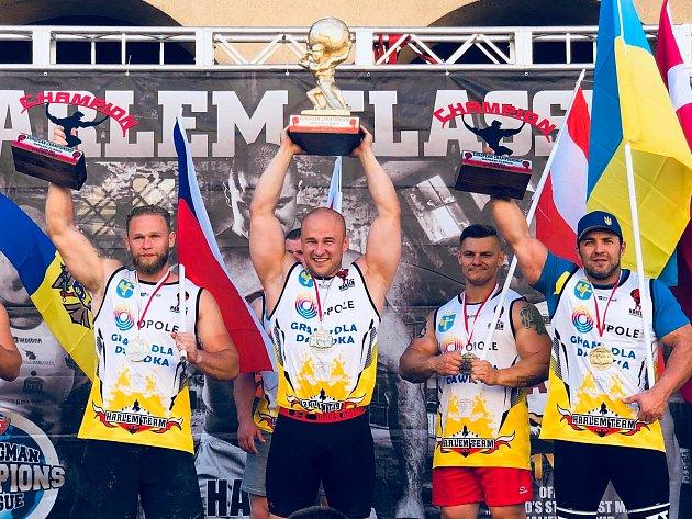 Přerovský silák Jiří Tkadlčík (vlevo) získal bronz na prestižním mistrovství Evropy asociace Harlem v Polsku. Vedle něj vítěz Marek Czajkowski, Rakušan Emanuel Pescari a stříbrný Volodymyr Rekša.