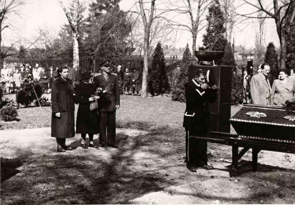 Ukládání rakví na hřbitově v roce 1952