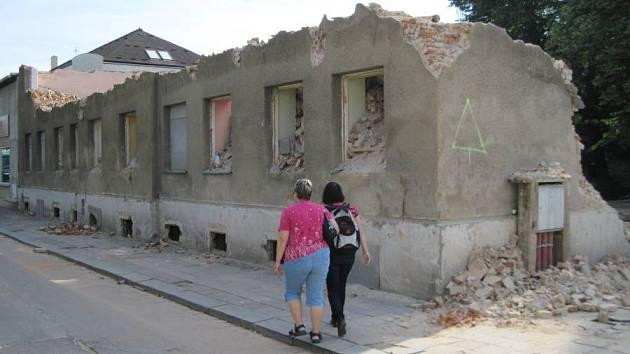 Polorozbožené a nezabezpečené torzo domu ve Škodově ulici stále ohrožuje kolemjdoucí.
