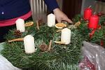 Výrobu adventních věnců předváděla v sobotu odpoledne zájemcům v prostorách spolku Cukrle Iveta Slámová.