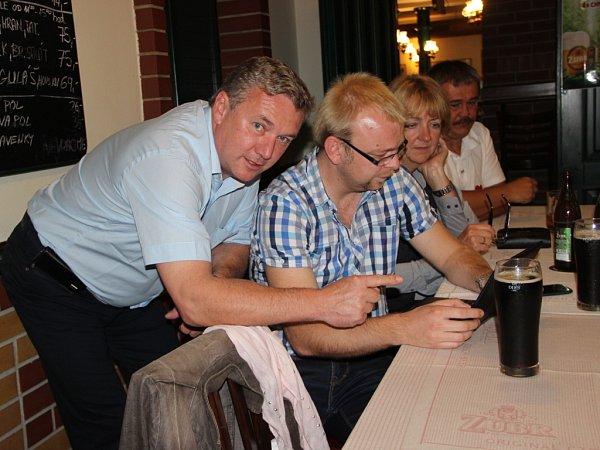 Ministr dopravy Antonín Prachař sleduje výsledky voleb vrestauraci ULabutě vPřerově