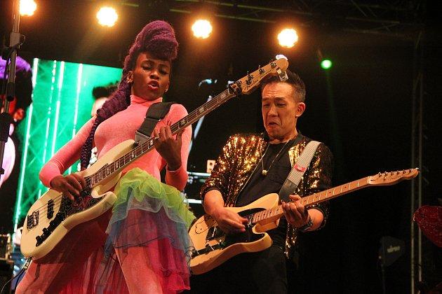 Páteční večer Československého jazzového festivalu v Přerově zcela ovládla zpívající basistka Nik West.