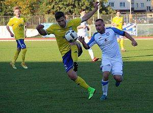 Fotbalisté Přerova (v bílém) podlehli FK Šumperk 1:2.