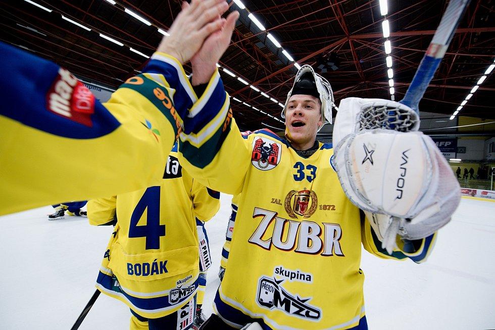 Hokejisté Přerova (ve žlutém) doma porazili Litoměřice 3:1. Lukáš Klimeš