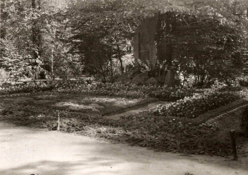 Úprava hrobu přerovských obětí v parku Michalov před Husovým pomníkem