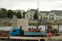 Stavebníci odkryli dva nosné pilíře Tyršova mostu, který v těchto dnech doslova roste před očima Přerovanů.