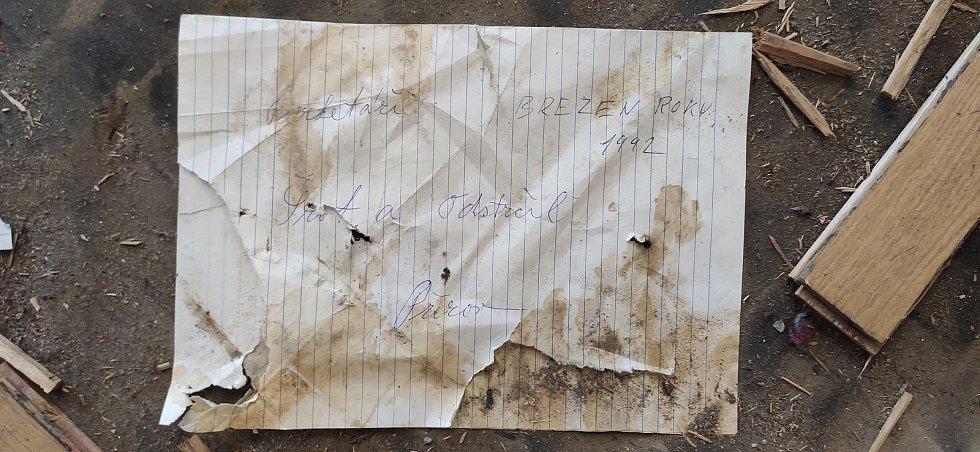 Při výměně podlahy v Městském domě našli stavebníci vzkaz svých předchůdců - parketářů, kteří prováděli práce během rekonstrukce v roce 1992.