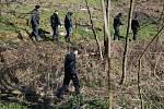 Lesík ve Lhotce u Přerova, kde byla 31. března 2019 vpodvečer nalezena mrtvola novorozence, pročesávali následující den policisté