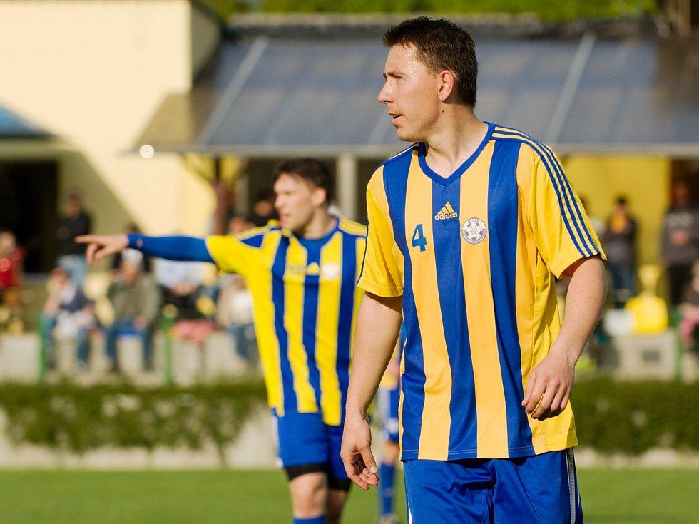 Fotbalisté Kozlovic (v pruhovaném) v domácím zápase proti Velkým Karlovicím (3:1). Tibor Heger. Foto: Deník/Jan Pořízek