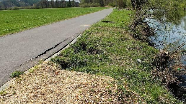 Bobři ničí cyklostezku Bečva a zavinili i sesuvy půdy