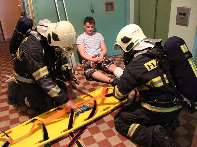 Velké cvičení záchranářů ve třináctiposchoďovém domě vulici Trávník vPřerově
