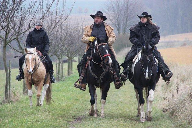 Jezdci a chovatelé koní zokolí se vsobotu setkali na tradiční Hubertově jízdě vBeňově, aby společně ukončili sezonu.
