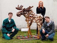Studenti řezbářské školy v Tovačově vytvořili sochu Los z recyklovaného materiálu