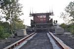 Výluku na trati si vyžádalo odstranění druhého z mostů v Dluhonské ulici v Přerově. Stavebníci prováděli práce v nočních hodinách ze soboty na neděli a původní nosnou konstrukci s pomocí zvedacího mechanismu odsunuli mimo most. Na jeho místě bude v září p