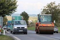 Kvůli opravě komunikace, kterou provádí Ředitelství silnic a dálnic, se na kokorském kopci v pátek ráno tvořily dlouhé kolony.