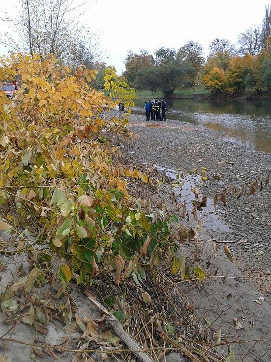 Ke znečištění řeky Bečvy došlo v úterý 27. října také v Přerově - barva vody byla oranžovo-rezavá.