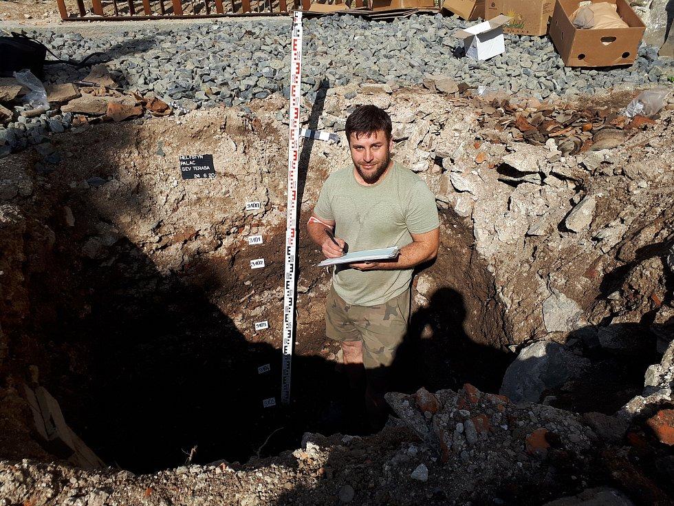 Archeolog Zdeněk Schenk dokumentuje situaci odkrytou vjedné ze zjišťovacích sond na severní terase paláce na Helfštýně