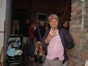 V kultovní hospůdce U Olinka ve Lhotce u Přerova se v sobotu večer promítal Polski film, oceněný na Mezinárodním filmovém festivalu v Karlových Varech. Na akci nechyběl ani režisér Marek Najbrt a herec Pavel Liška, který ztvárňuje jednu z hlavních rolí.