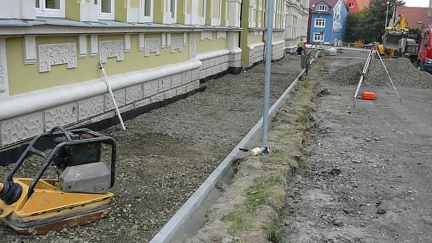 Oprava Jiráskovy ulice v blízkosti zdejší Základní školy Osecká probíhá v těchto dnech v Lipníku nad Bečvou
