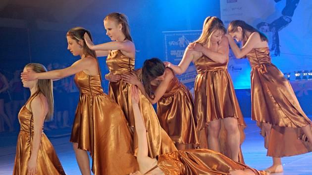Špičkoví tanečníci bojují v sobotu a v neděli v Přerově o postup na mistrovství republiky Dance Life Tour 2012. Na dvoudenním maratonu se představí 2 600 tanečníků ve 165 formacích z celé Moravy (snímky ze sobotního klání).
