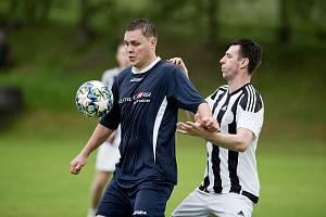 Fotbalisté Beňova v přátelském utkání s Želatovicemi (v pruhovaném). Ilustrační foto