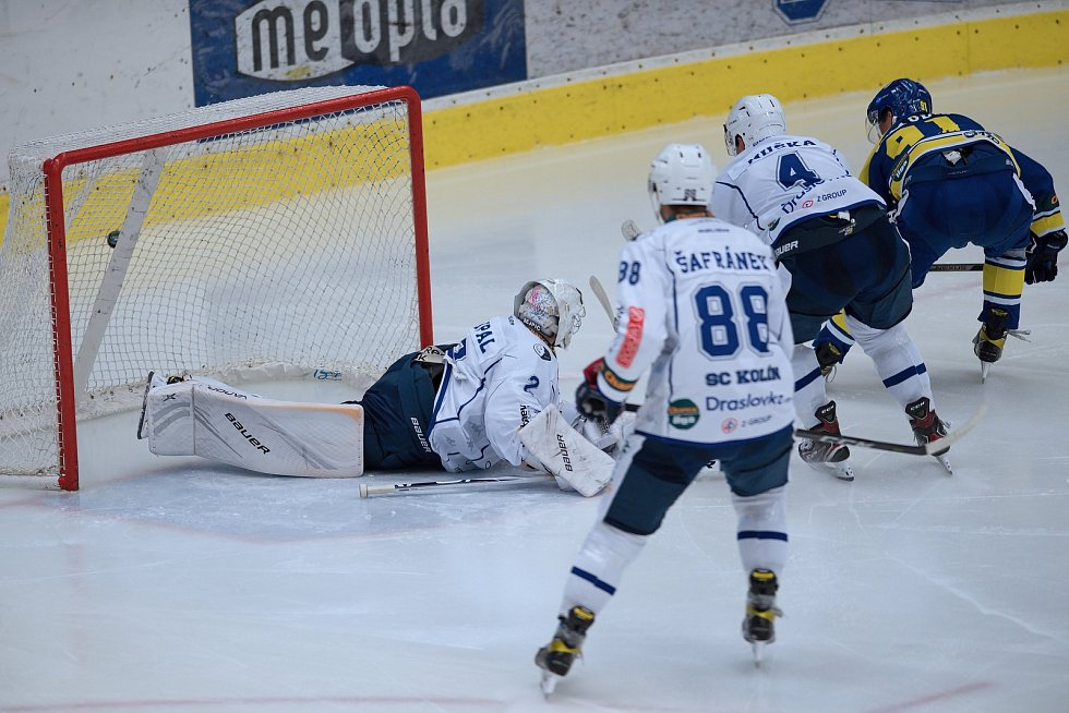 Hokejisté Přerova (v modrém) proti Kolínu. Roman Pšurný skóruje na 3:2.
