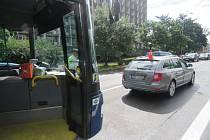 Autobus na Velké Dlážce narazil do osobního automobilu. Zranil se jeden člověk.