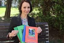 Pět knížek tvoří publikaci Příběhy našich kronik, kterou ve středu pokřtili v dřevohostickém zámku. Jednou z autorek je Marie Šuláková (na snímku)