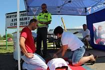 Zásady první pomoci při dopravní nehodě si mohli otestovat v úterý dopoledne řidiči, kteří projížděli Přerovem. Bezpečnostní akce se konala na stanovišti v ulici 9. května a ukázku záchrany zraněné osoby předváděli pracovníci Českého červeného kříže.