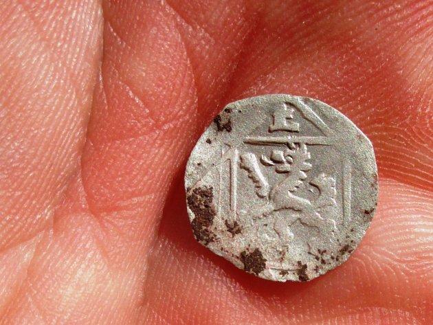 Archeologové našli vlokalitě Na Marku stříbrný fenik, který nechal razit Ernst von Bayern vletech 1517až 1540vbiskupství vPasově.