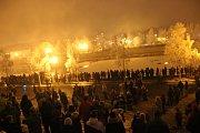 Velkolepou podívanou nabídl novoroční ohňostroj u řeky Bečvy v Přerově, který si v neděli po šesté hodině večer nenechaly ujít tisíce lidí. Trval bez dvou vteřin deset minut a lidé ho mohli sledovat buď u břehů řeky Bečvy, z městských hradeb nebo z lávky.