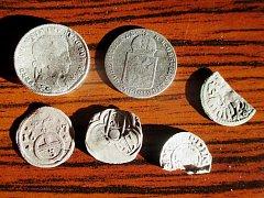 Archeologové v Dřevohosticích objevili mimo jiné i mince ze 16. století